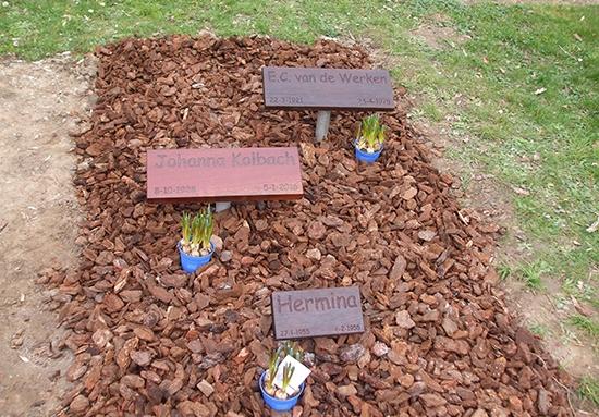 Drie Gedenkbordjes op een familiegraf. Familie van Tuyl